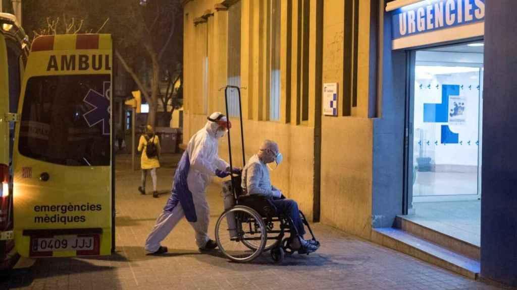 Un técnico sanitario traslada a un paciente contagiado a las urgencia de un hospital en Madrid.