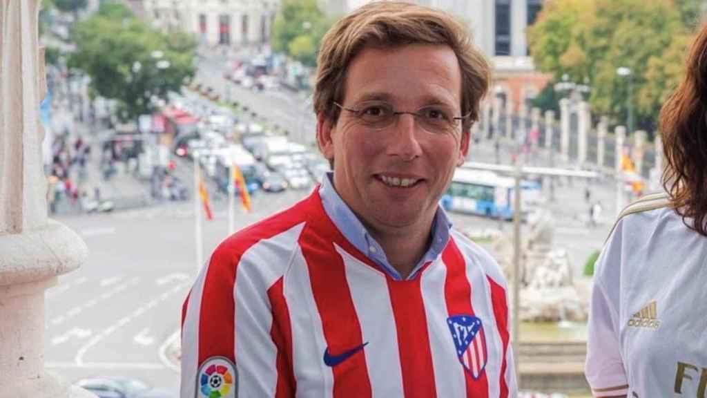 Jose Luis Martínez Almeida, alcalde de Madrid, con la camiseta del Atlético