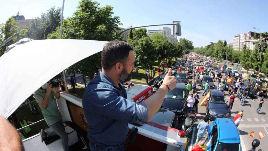 Santiago Abascal, presidente de Vox, en lo alto de una autobús descapotable, en Madrid.