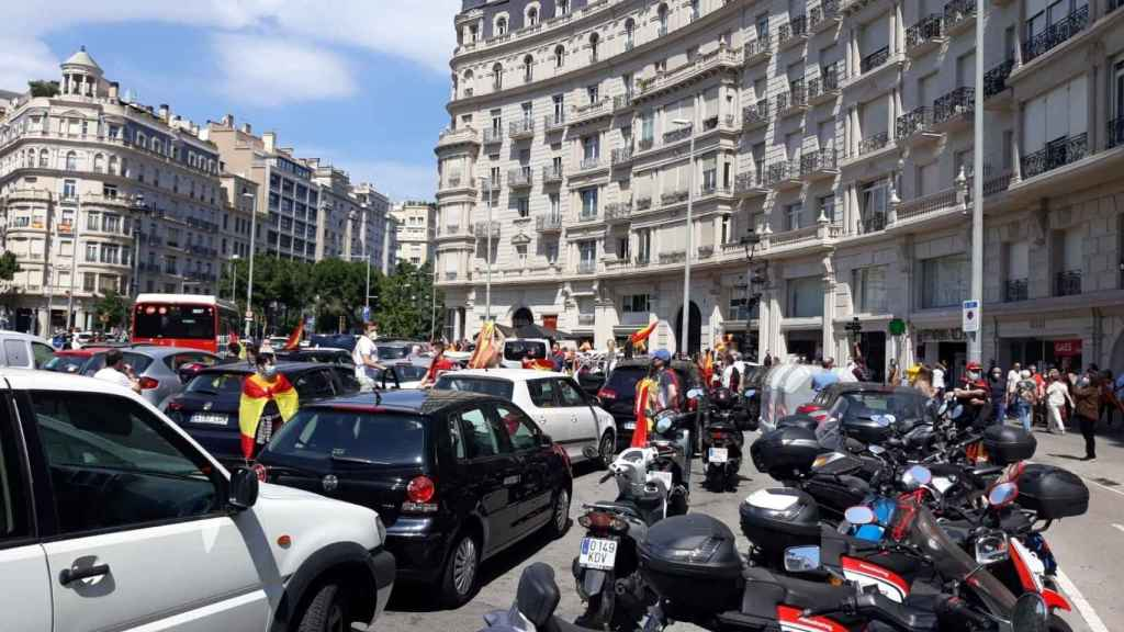 Personas concentradas en la plaza Francesc Macià de Barcelona por la manifestación en coche de Vox63055_personas_concentradas_plaza_francesc_macia_barcelona_manifestacion_coche