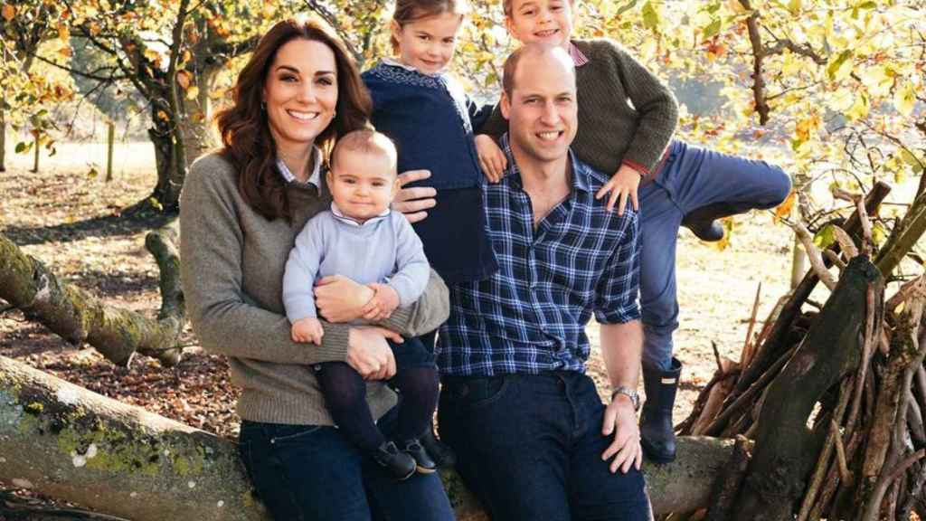 Kate Middleton y el príncipe Guillermo junto a sus tres hijos.