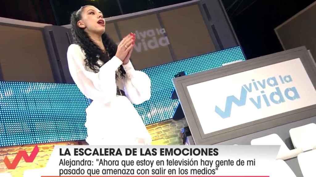 Alejandra, en las escaleras de 'Viva la vida' contando sus confesiones más íntimas.