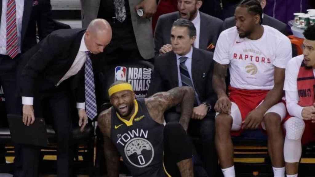 Sergio Scariolo sentado en el banquillo de Toronto Raptors durante un partido de la NBA