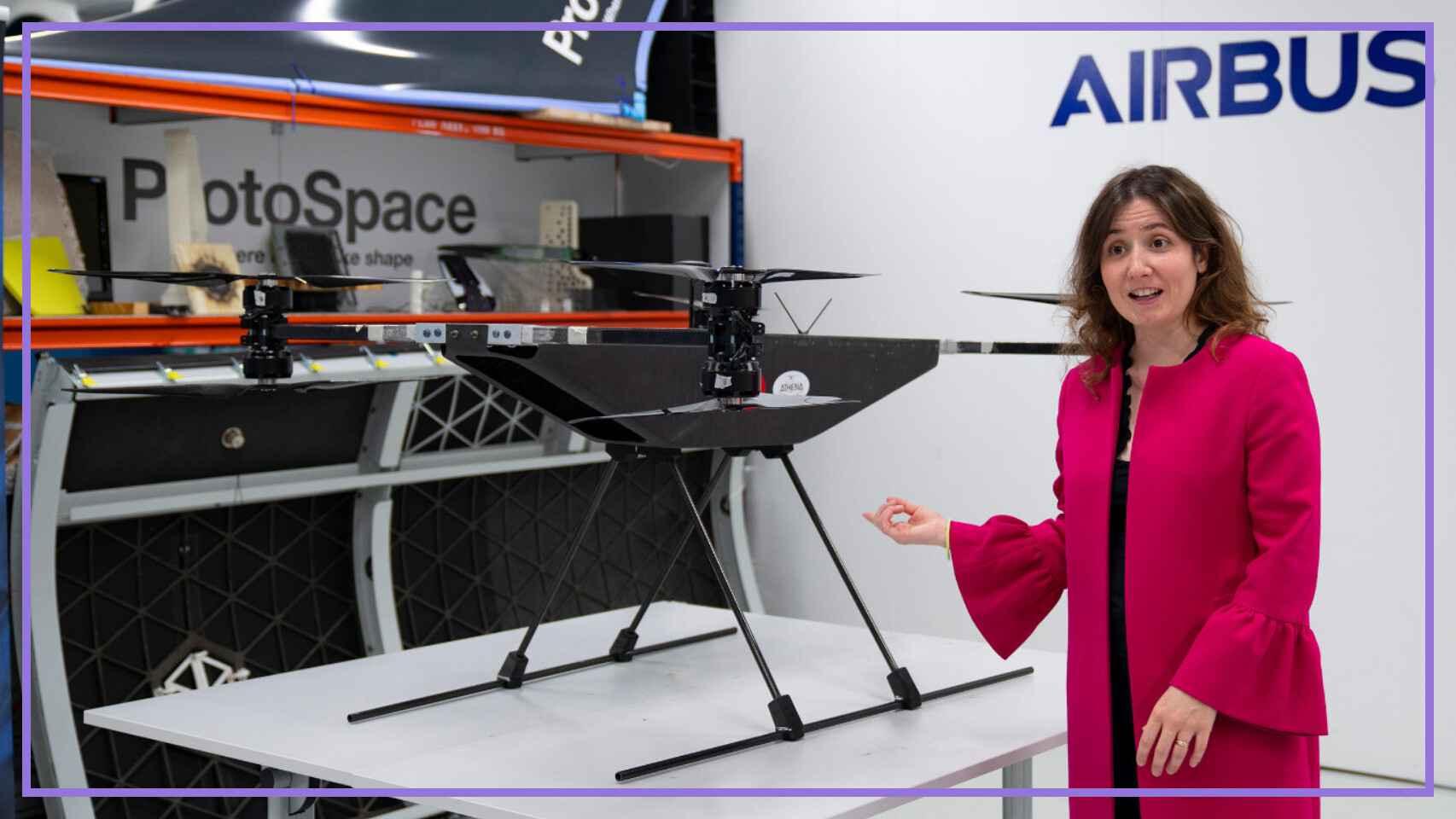 Isabel del Pozo enseñando un drone en el taller de Airbus en Getafe.