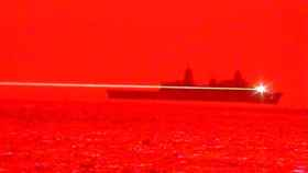 Ejemplo de láser disparado desde un portaaviones.