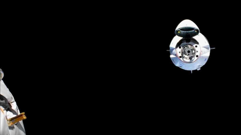 Crew Dragon aproximándose a la Estación Espacial Internacional en uno de los ensayos