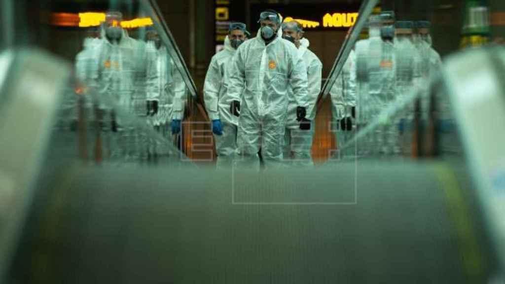 El ejército desinfecta el aeropuerto de El Prat en Barcelona.