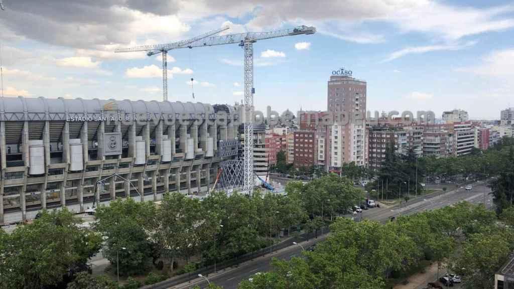 Las grúas trabajan para levantar las nuevas torres del Santiago Bernabéu