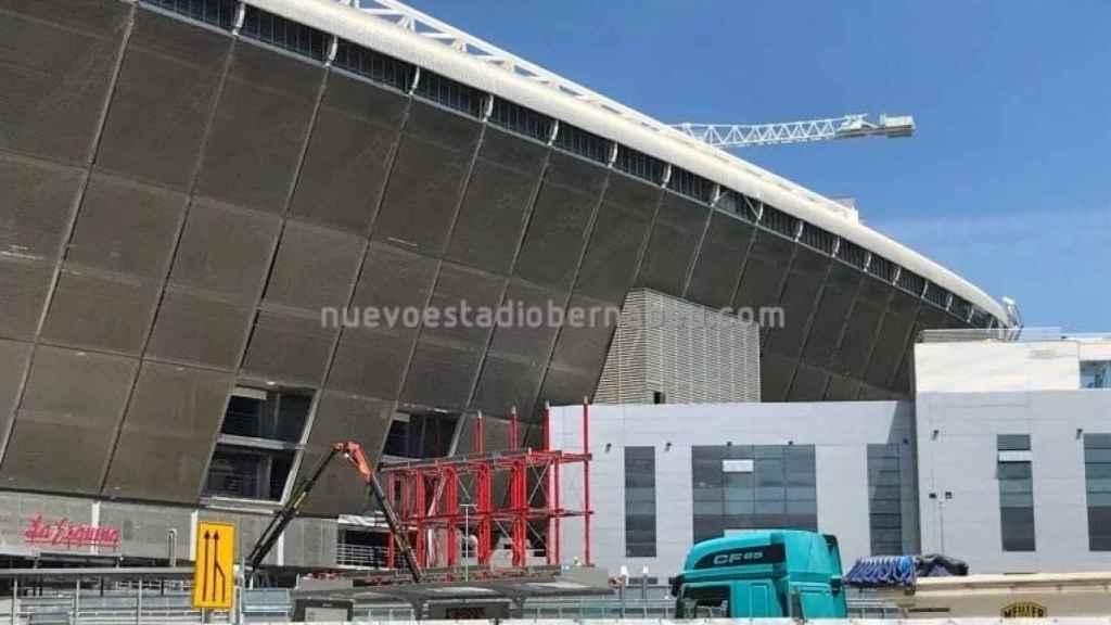 Así queda el lateral donde habitualmente estaban las oficinas y la tienda del club en el Santiago Bernabéu