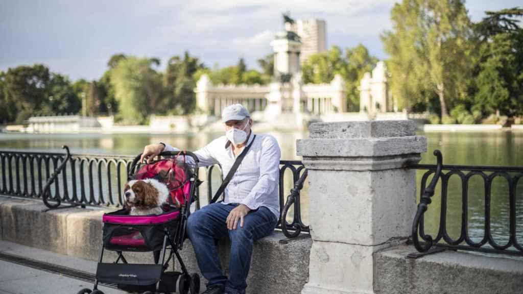 José Luis y su perro Max, que viaja en carrito por un problema de cadera.