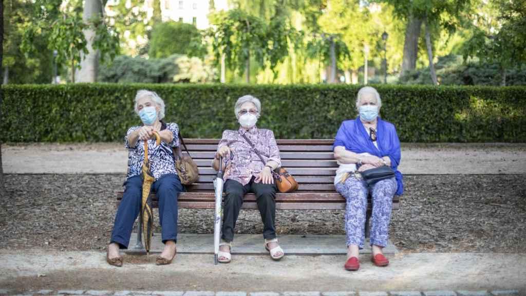Tres señoras en un banco del Retiro.