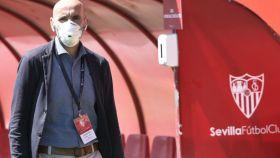 Monchi, en un entrenamiento del Sevilla con mascarilla
