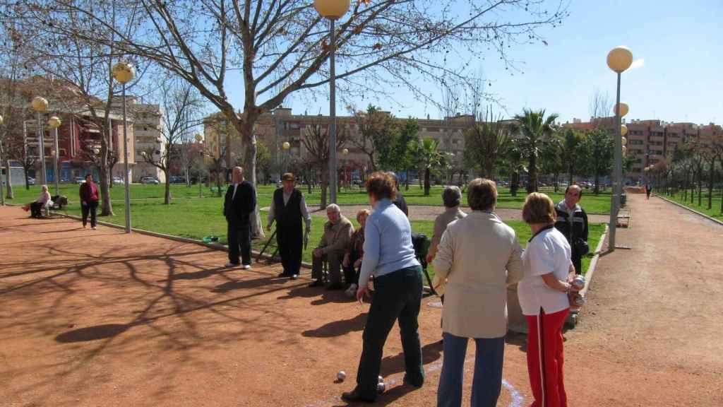Grupo de pensionistas en un parque.