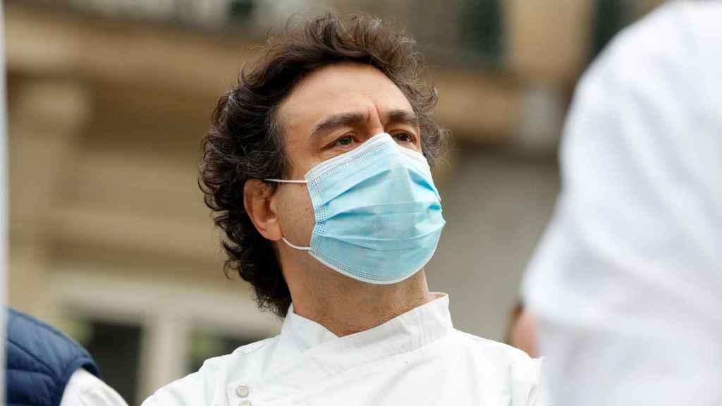 Pepe Rodríguez, con mascarilla, en la puerta del Congreso de los Diputados este martes.