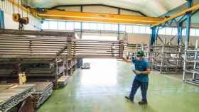 Un trabajador durante su jornada laboral en la empresa Extrusión Toledo.