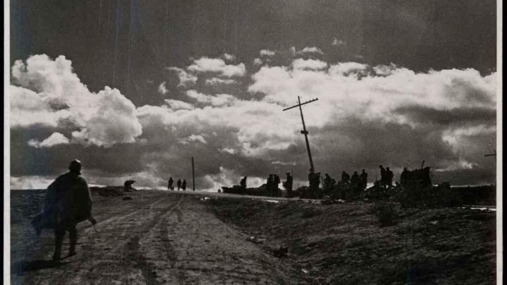 Vista de una carretera de Gudalajara después de una batalla.