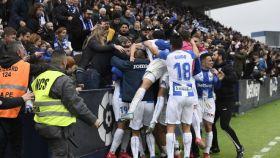 Los jugadores del Leganés celebran ante su afición