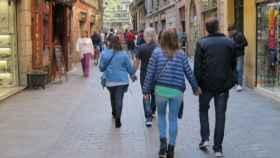 Imagen de archivo. Gente por la calle en una ciudad española