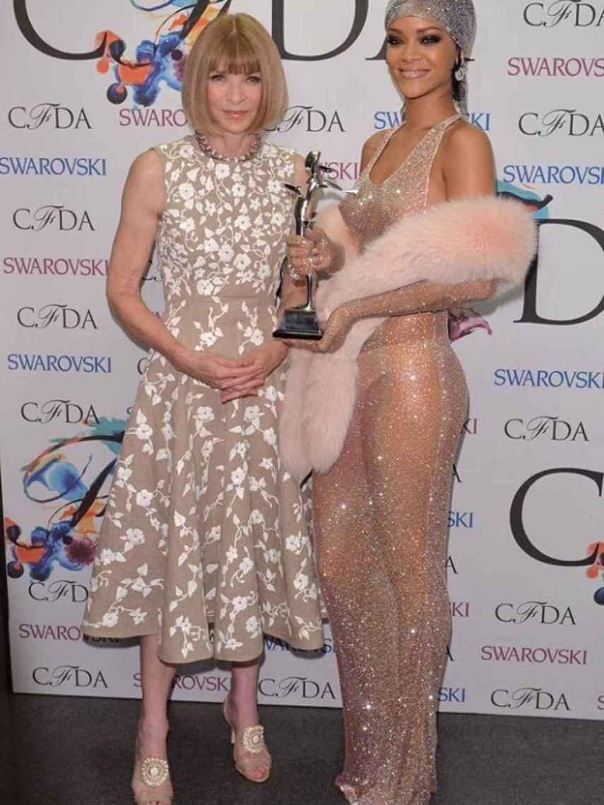 Anna Wintour junto a Rihanna, con el vestido de cristales Swarovski.