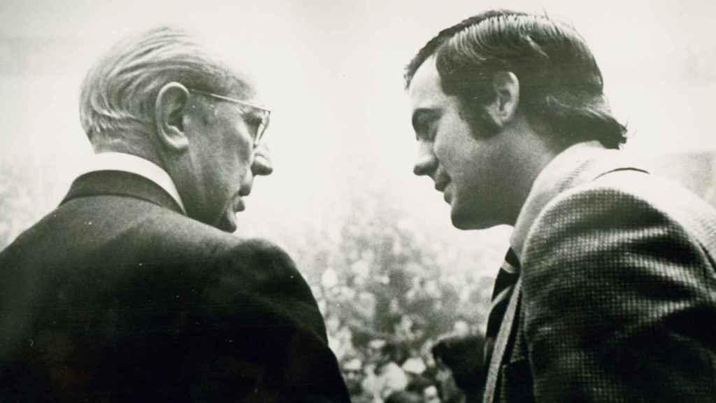Enrique Tierno Galván y José Bono, en una imagen cedida por el segundo.