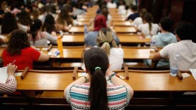 Un grupo de estudiantes en un aula de universidad.