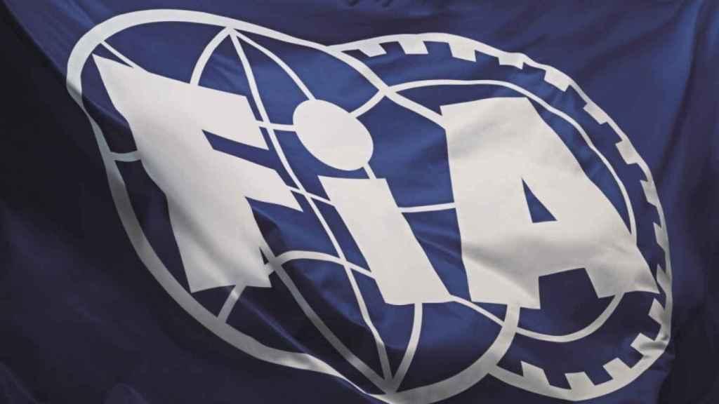 La bandera de la FIA