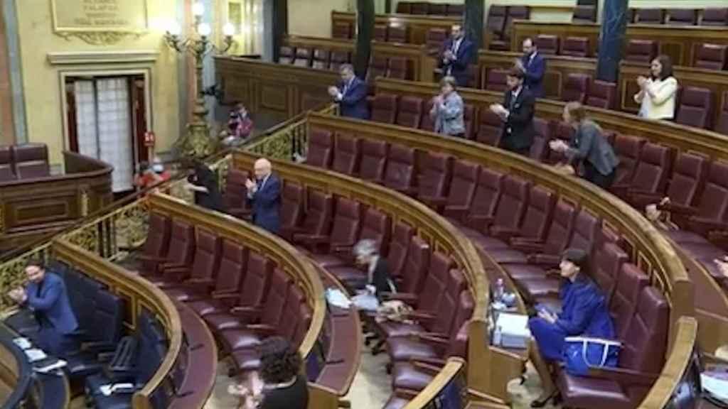 Momento en que Iglesias se pone en pie para ovacionar al ministro Marlaska.