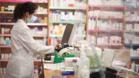 Una farmacéutica, en una farmacia de Madrid.