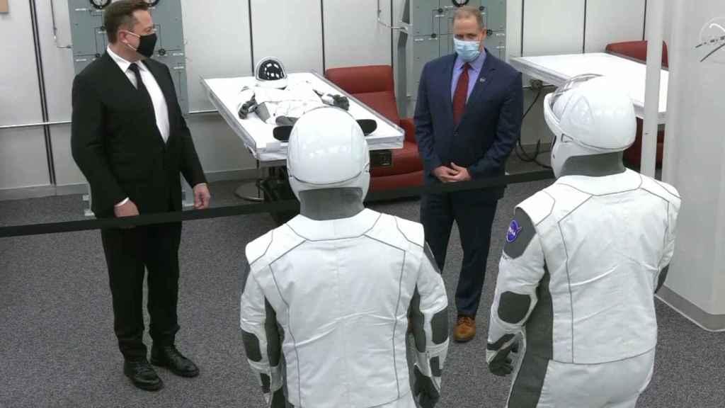 Elon Musk y Jim Bridenstine charlan con los astronautas de la misión Demo-2