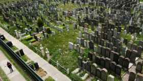 Un hombre pasa por el cementerio de Washington en Brooklyn, Nueva York.