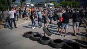 Trabajadores de la planta de Nissan en la Zona Franca de Barcelona concentrados tras conocer el cierre.