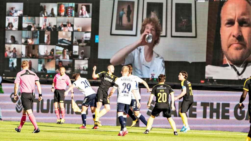 Aficionados del AGF Aarhus viendo a su equipo a través de Zoom
