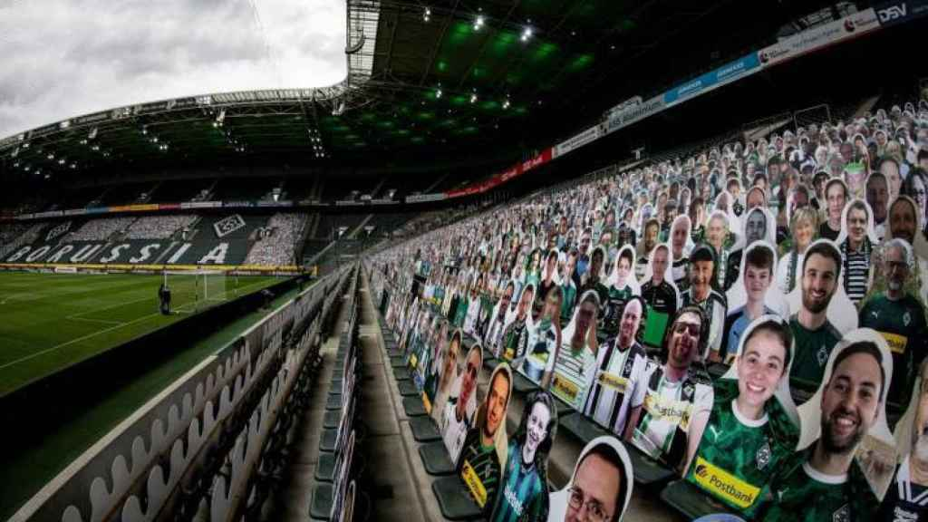 Aficionados de cartón animando al Borussia Monchengladbach