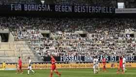 Miles de aficionados de cartón en el Borussia Park