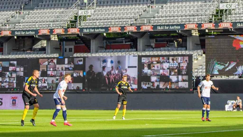 Los aficionados, presentes en el AGF Aarhus - Randers FC gracias a una Grada Virtual