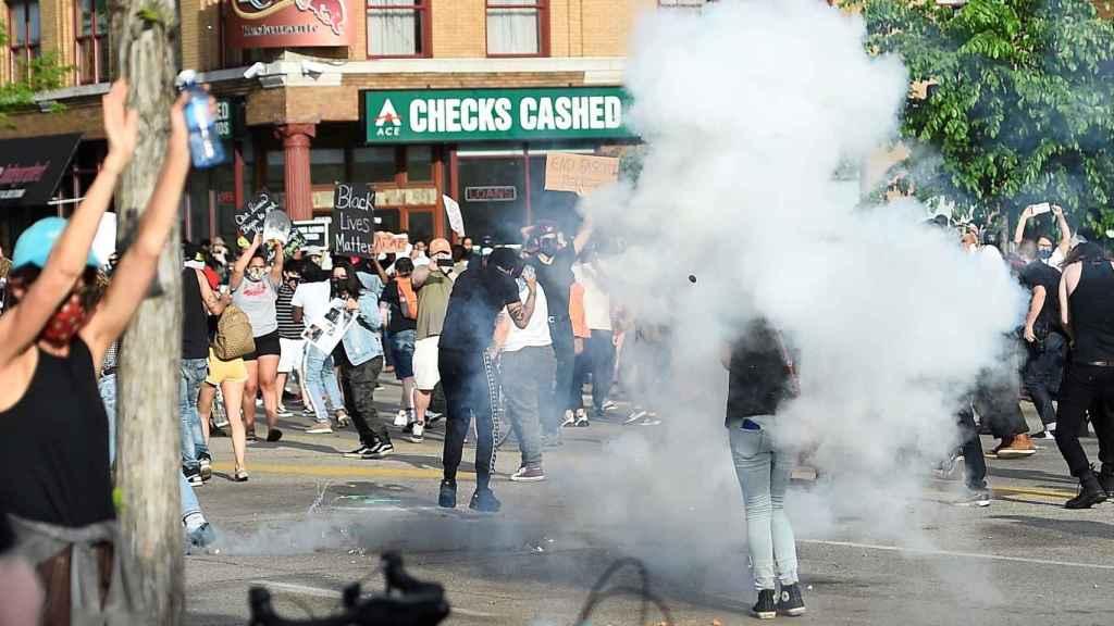 Enfrentamiento entre manifestantes y policía  en Mineápolis horas después de la muerte de George Floyd.