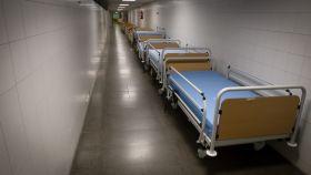 Unas camillas aguardan, como a la espera de nuevos pacientes, en el Hospital Ramón y Cajal de Madrid.