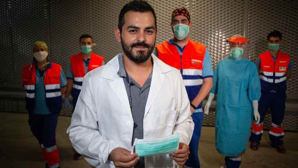 El rastreador Jorge Padilla, junto a varios compañeros sanitarios.