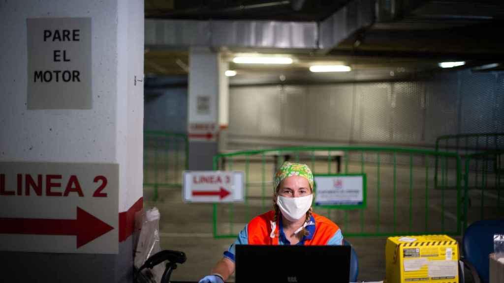 Una enfermera coordinando las citas de los pacientes en el autocovid de Córdoba.