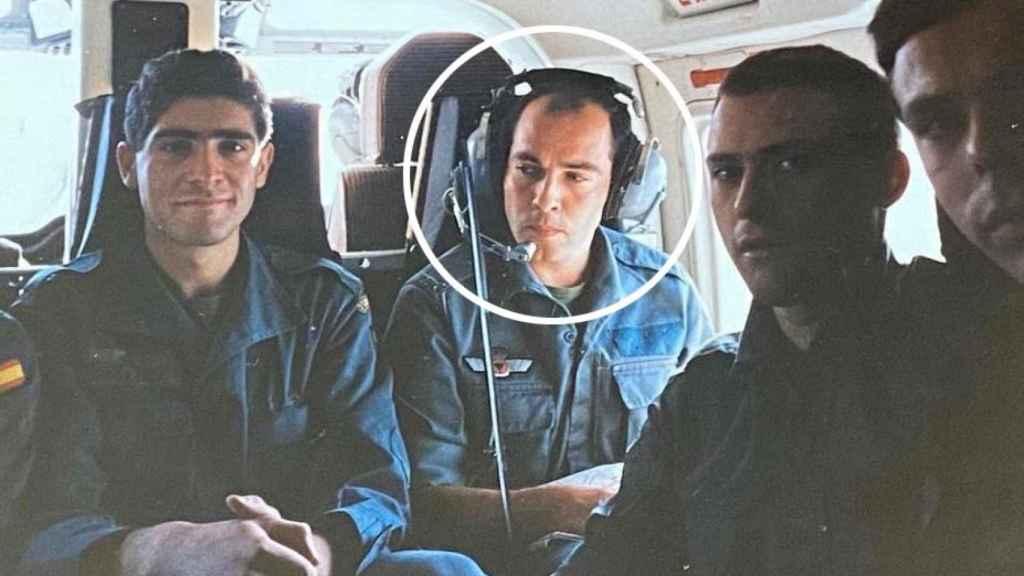 Un joven teniente Diego Pérez de los Cobos cuando estaba destinado en el Grupo Antiterrorista Rural en Navarra. En la imagen, durante un transporte en helicóptero para una operación contra ETA.
