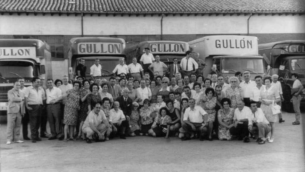 Trabajadores, a la entrada de la antigua fábrica de Gullón.