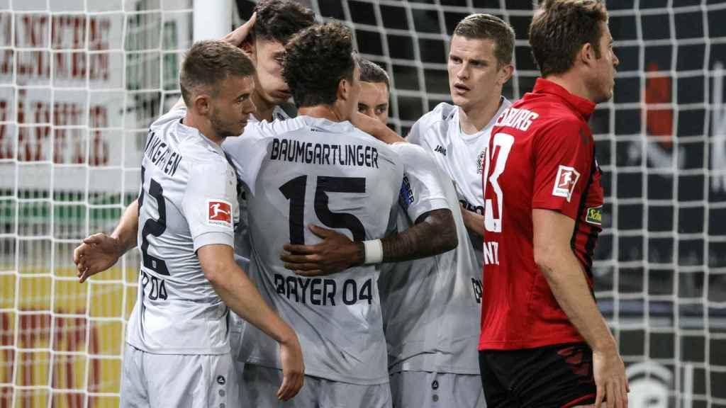 Los compañeros de Kai Havertz le felicitan por su gol ante el Friburgo