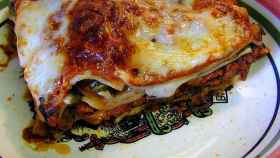 La salsa boloñesa y las espinacas son los ingredientes básicos en el relleno.