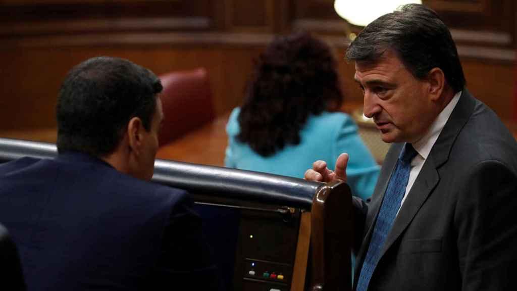 El portavoz del PNV, Aitor Esteban, conversa con el presidente del Gobierno, Pedro Sánchez, en el Congreso de los Diputados.
