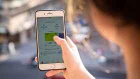 Una usuaria abre la aplicación Bizum en su teléfono.