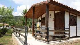 Una clienta entra en un bungalow del Camping Monte Holiday en Gargantilla del Lozoya.