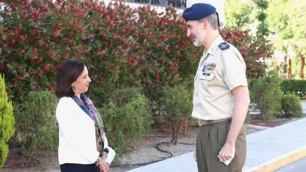 El Rey Felipe VI y la ministra de Defensa Margarita Robles.