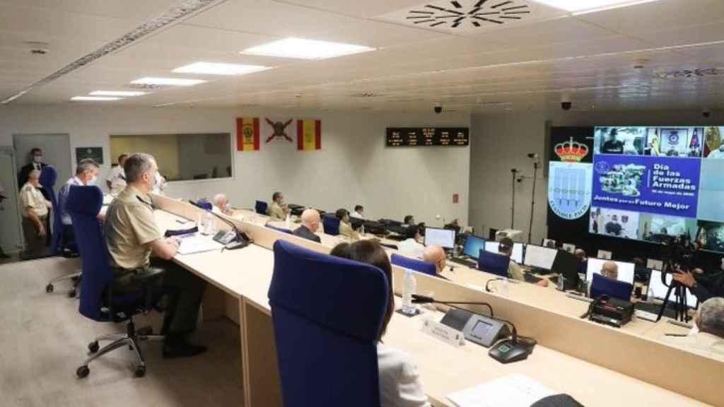 El Rey Felipe VI mantiene una videoconferencia con las misiones permanentes, las operaciones del Ejército en el exterior y la operación Balmis.