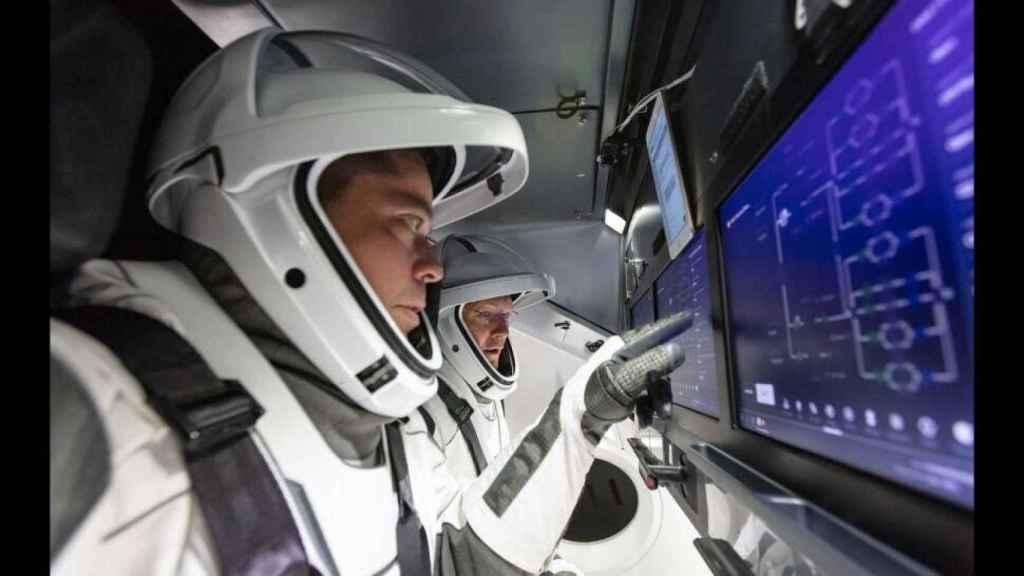 Astronautas delante de la Crew Dragon.