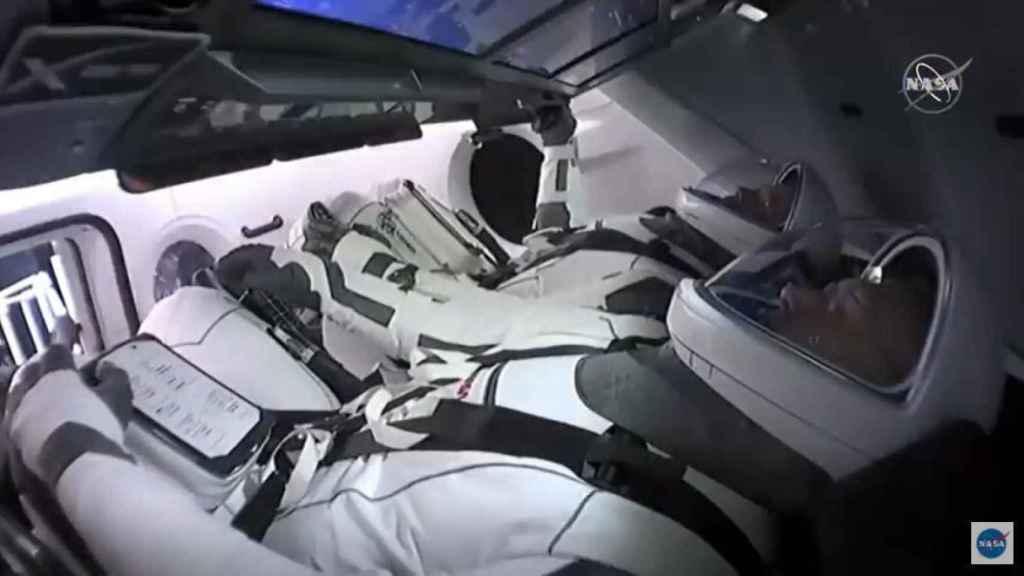Astronautas a bordo de la Crew Dragon.